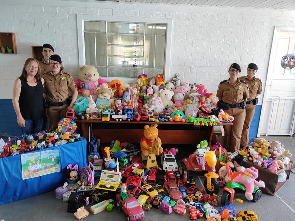 8ª CIPM entrega brinquedos para crianças da Escola Municipal do Camacuã